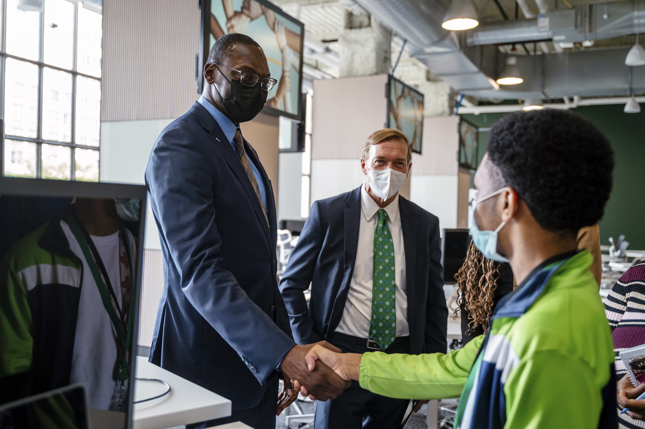 Michigan Lieutenant Governor Garlin Gilchrist and MSU President Samuel L. Stanley, Jr., MD visited Apple Developer Academy to explore space, connect with students, and learn more about the iOS program ( photo credit: Apple).